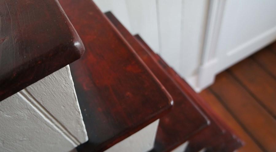 Escalier rouge sang de boeuf marie lise antiquit design - Couleur rouge sang de boeuf ...